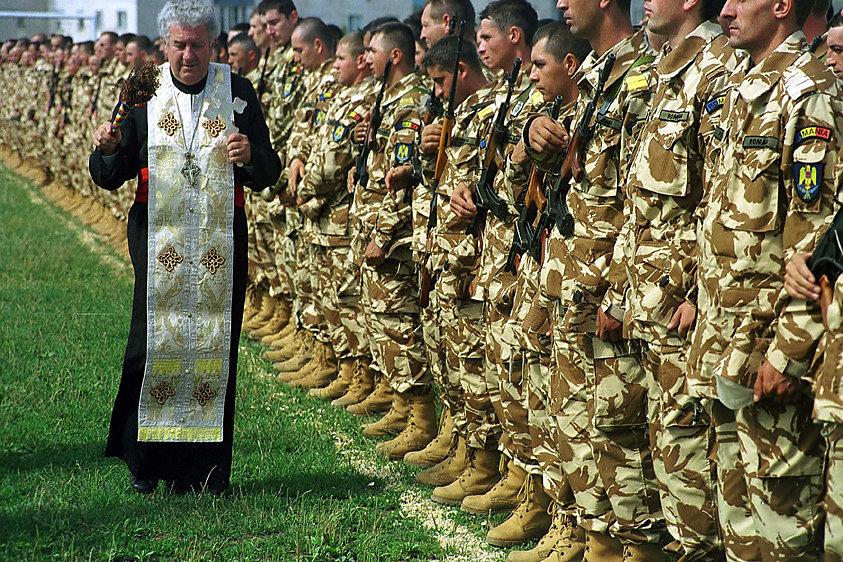 20120617113240-popa-binecuvanteaza-militari.jpg